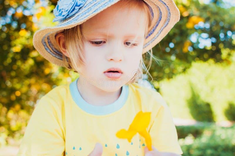 Ritratto del primo piano del cappello d'uso della bambina sveglia immagini stock libere da diritti