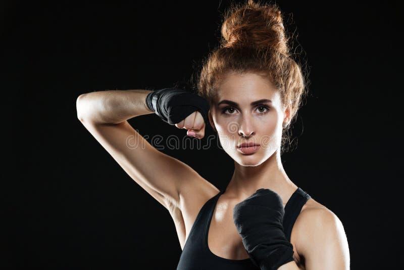 Ritratto del primo piano del combattente femminile concentrato pronto a combattere fotografia stock