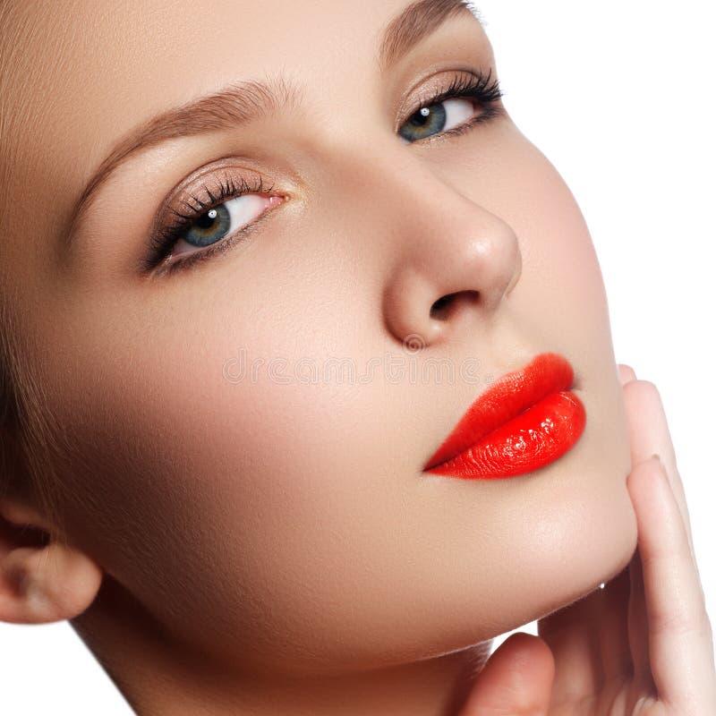 Ritratto del primo piano del fronte della purezza della bella donna con la r luminosa immagine stock