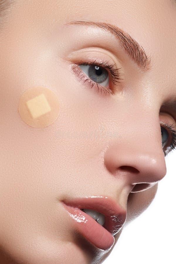 Ritratto del primo piano del fronte della purezza della bella donna con trucco naturale Modello sveglio con pelle brillante pulit fotografia stock libera da diritti