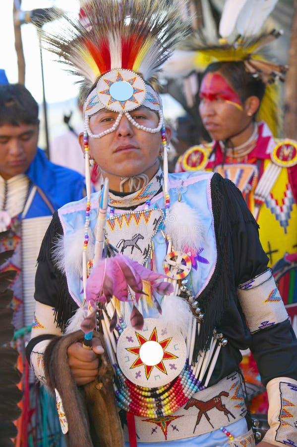 Ritratto del primo piano del nativo americano nel dancing completo della regalia al prigioniero di guerra wow fotografia stock