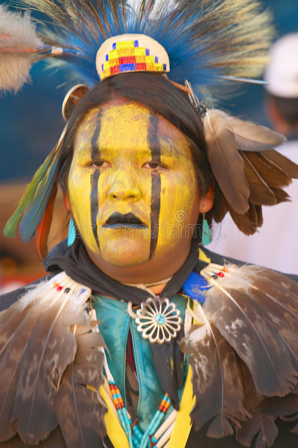 Ritratto del primo piano del nativo americano nel dancing completo della regalia al prigioniero di guerra wow fotografie stock libere da diritti