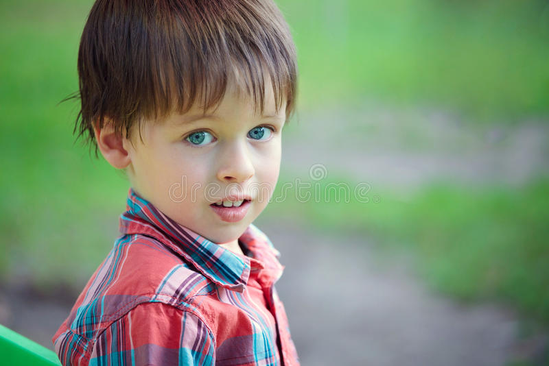 Ritratto del primo piano del ragazzino allegro fotografie stock