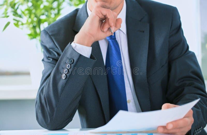Ritratto del primo piano dell'uomo d'affari irriconoscibile nella s convenzionale nera immagini stock