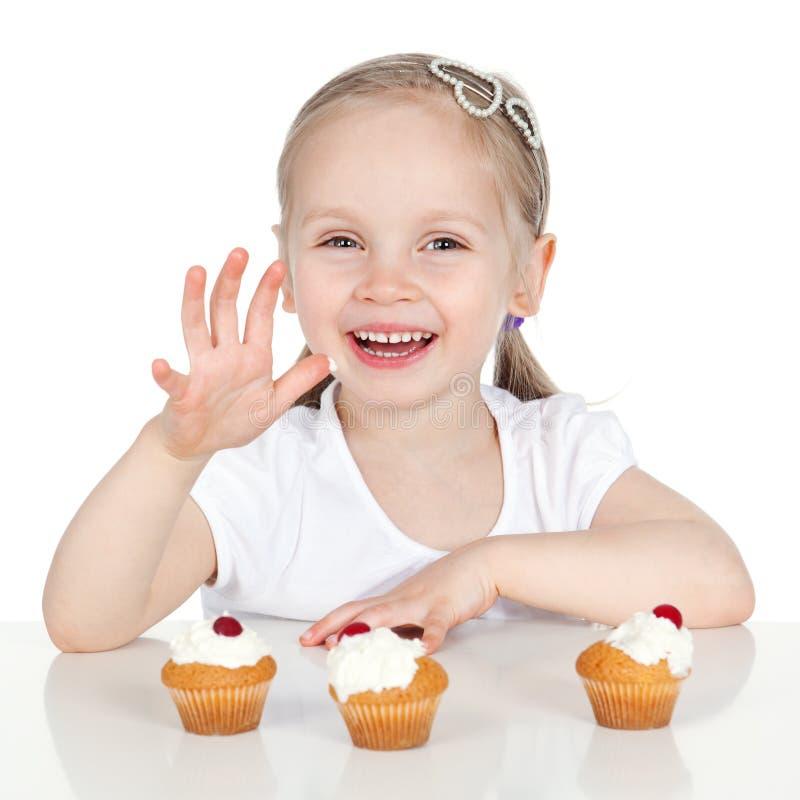 Ritratto del primo piano della bambina dolce con la torta immagine stock libera da diritti