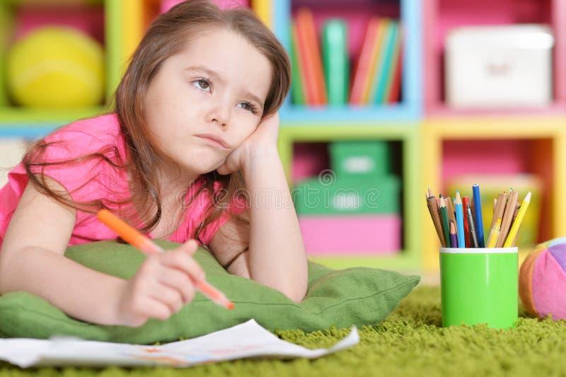 Ritratto del primo piano della bambina sveglia nel disegno rosa della camicia immagine stock libera da diritti