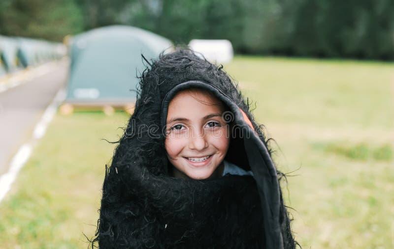 Ritratto del primo piano della bambina in vestiti nazionali sul festival etnico fotografia stock