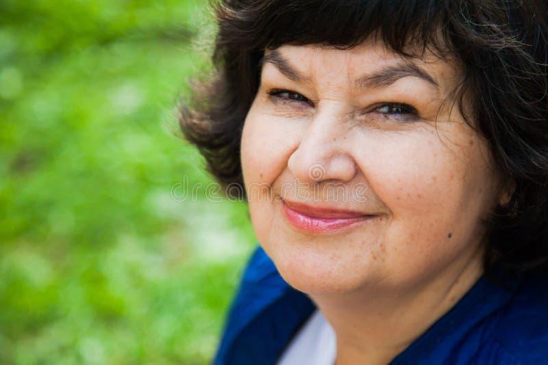 Ritratto del primo piano della donna invecchiato bello mezzo fotografie stock