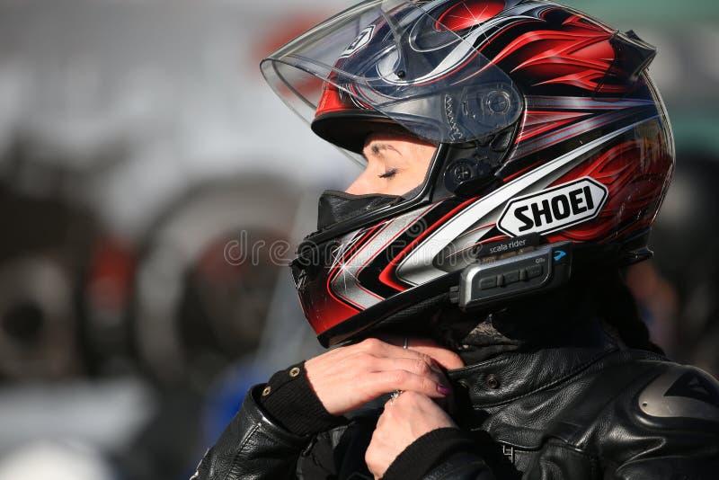 Ritratto del primo piano della donna del motociclista fotografia stock