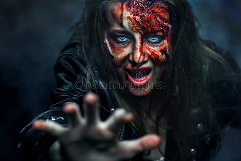 Ritratto del primo piano della donna orribile dello zombie orrore Halloween immagine stock