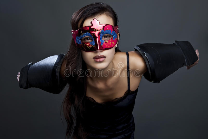 Ritratto del primo piano della donna sexy nella maschera del partito. fotografia stock libera da diritti