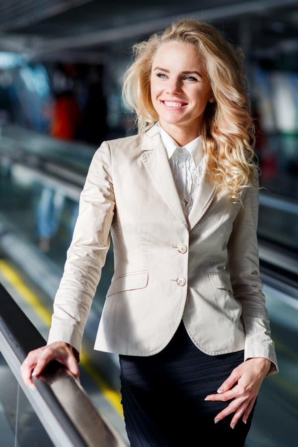Ritratto del primo piano della donna sorridente in vestito sul tappeto mobile dell'interno fotografie stock libere da diritti