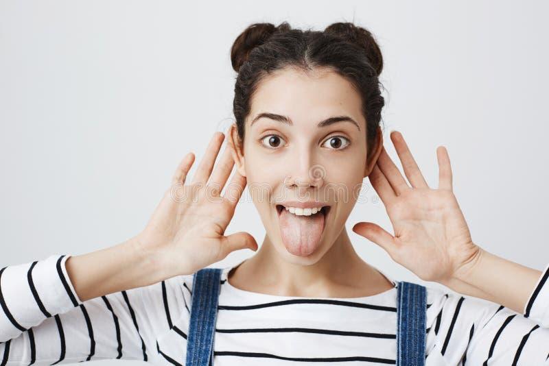 Ritratto del primo piano della femmina adulta attraente divertente con il naso penetrante e un'acconciatura d'avanguardia di due  fotografia stock libera da diritti