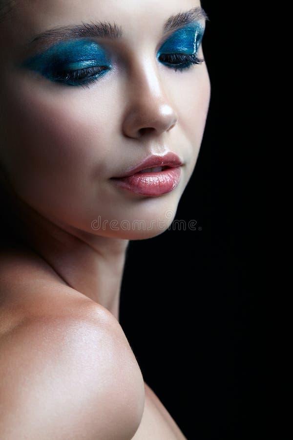 Ritratto del primo piano della femmina su fondo nero Donna con il eveni fotografia stock libera da diritti