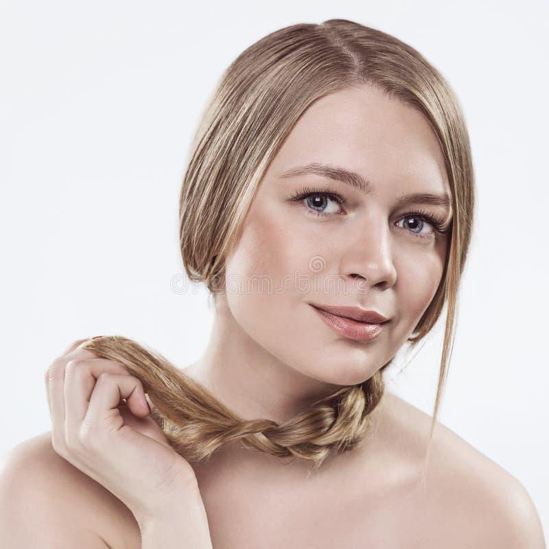Ritratto del primo piano della giovane donna con la pelle perfetta di salute del fronte Isolato su bianco fotografia stock