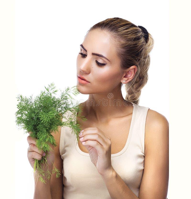 Ritratto del primo piano della giovane donna felice con le erbe del gruppo (aneto) fotografia stock