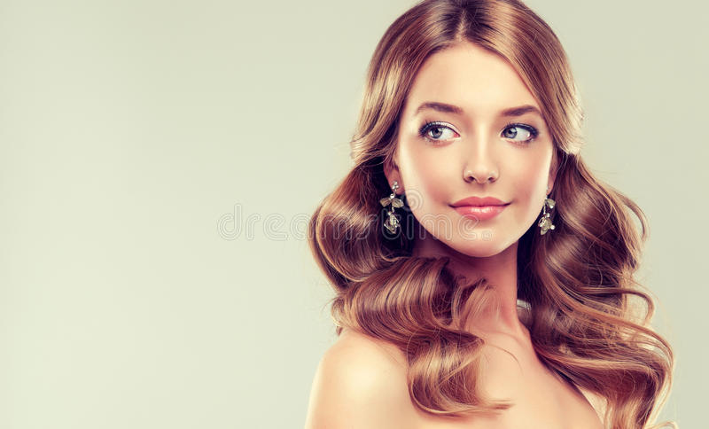 Ritratto del primo piano della giovane signora con l'acconciatura elegante fotografia stock libera da diritti