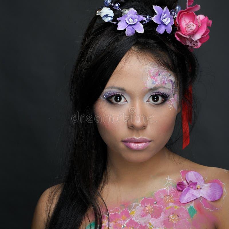 Ritratto del primo piano della ragazza asiatica con trucco immagine stock
