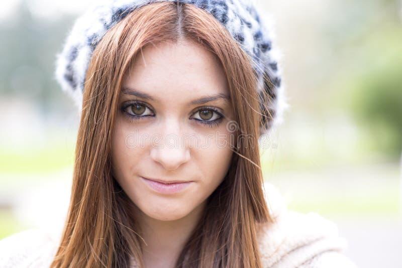 Ritratto del primo piano della ragazza attraente con il cofano. fotografia stock libera da diritti