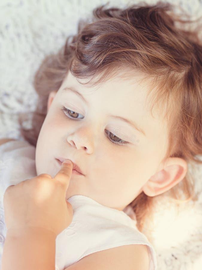 Ritratto del primo piano della ragazza del ragazzo del piccolo bambino immagine stock libera da diritti