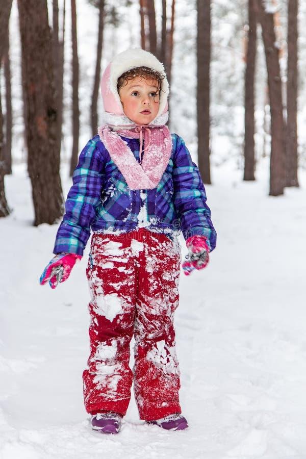Ritratto del primo piano della ragazza musulmana nell'inverno immagini stock libere da diritti