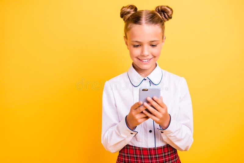Ritratto del primo piano della ragazza pre-teen di buon umore allegra dolce adorabile attraente attraente in camicia bianca facen fotografia stock libera da diritti