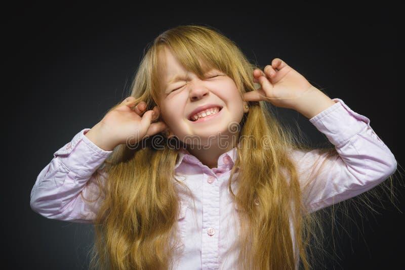 Ritratto del primo piano della ragazza preoccupata che copre le sue orecchie, osservando Non senta niente Emozioni umane, espress immagine stock libera da diritti