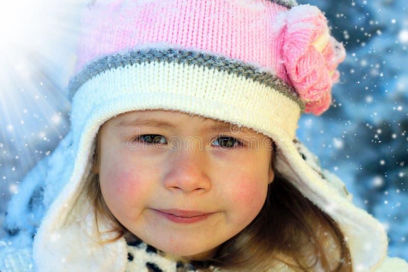 Ritratto del primo piano della ragazza sorridente adorabile del bambino che indossa kn rosa immagini stock libere da diritti