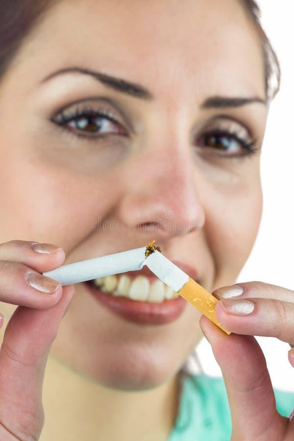 Ritratto del primo piano della sigaretta felice della tenuta della donna fotografie stock