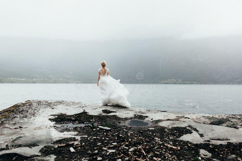 Ritratto del primo piano della sposa graziosa in vestito da sposa di lusso al fotografia stock libera da diritti