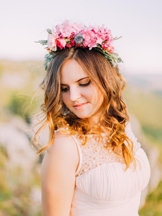Ritratto del primo piano della sposa sveglia con la corona dei fiori che guardano giù fotografia stock libera da diritti