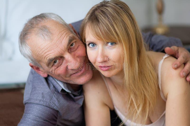 Ritratto del primo piano delle coppie sorridenti con la differenza di età Bella giovane donna con il suo amante senior che si tro fotografia stock libera da diritti