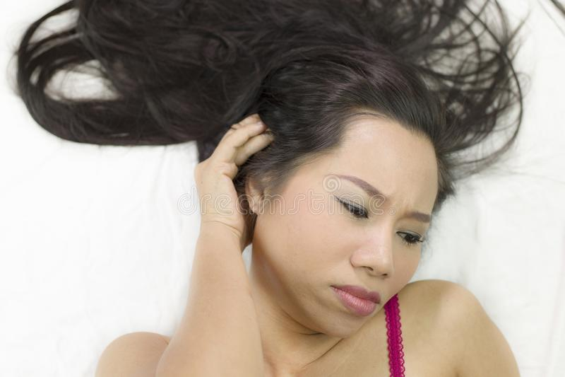 Ritratto del primo piano delle donne asiatiche lunatiche che si trovano sulla terra con capelli lunghi neri ribaltamento sostitut immagine stock libera da diritti