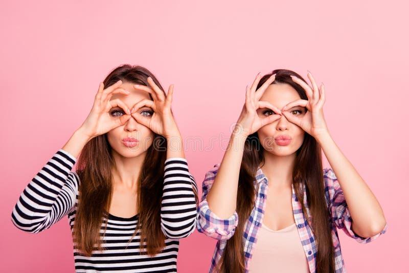 Ritratto del primo piano delle ragazze diritto-dai capelli di buon umore allegre di ragazza allegre affascinanti sveglie amabili  fotografie stock