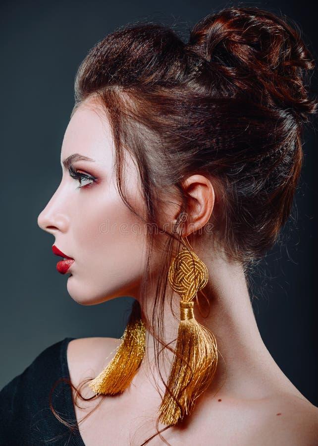 Ritratto del primo piano dello studio di bella giovane donna Vista di profilo fotografie stock libere da diritti