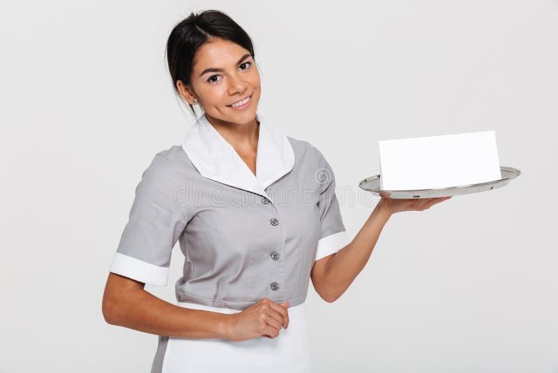 Ritratto del primo piano di bella donna sorridente in HOL dell'uniforme di gray fotografia stock libera da diritti