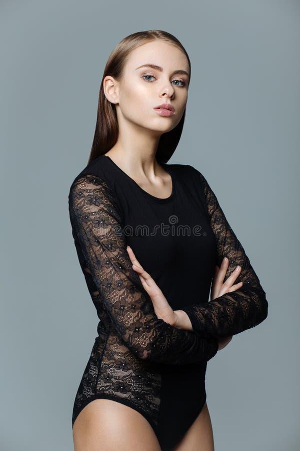 Ritratto del primo piano di bella giovane donna che dà la macchina fotografica in b fotografia stock libera da diritti