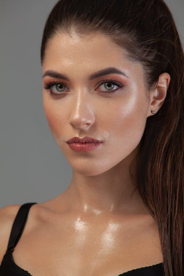 Ritratto del primo piano di bella giovane donna con pelle pulita e fresca Trucco nudo Concetto per gli annunci di cosmetologia co fotografia stock