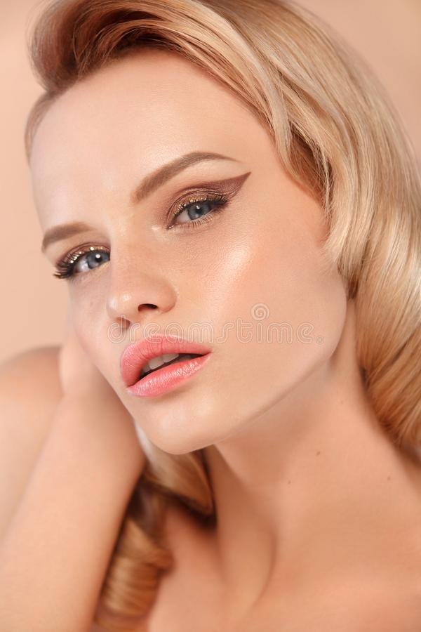 Ritratto del primo piano di bella giovane donna con pelle pulita e fresca Trucco nudo Trattamento facciale Concetto per fotografia stock libera da diritti