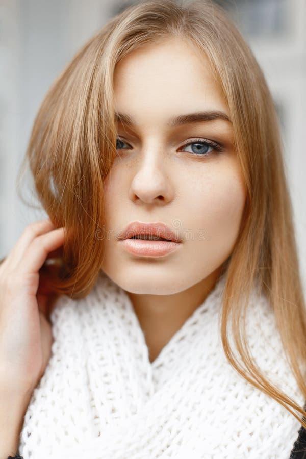 Ritratto del primo piano di bella giovane donna dell'aspetto dello slavo fotografia stock libera da diritti
