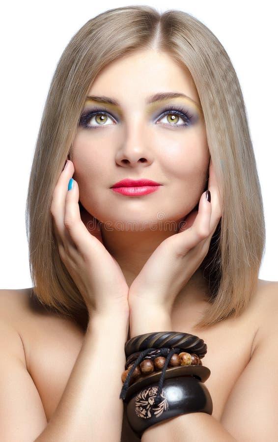 Ritratto del primo piano di bella giovane donna isolato sulla parte posteriore di bianco immagine stock libera da diritti