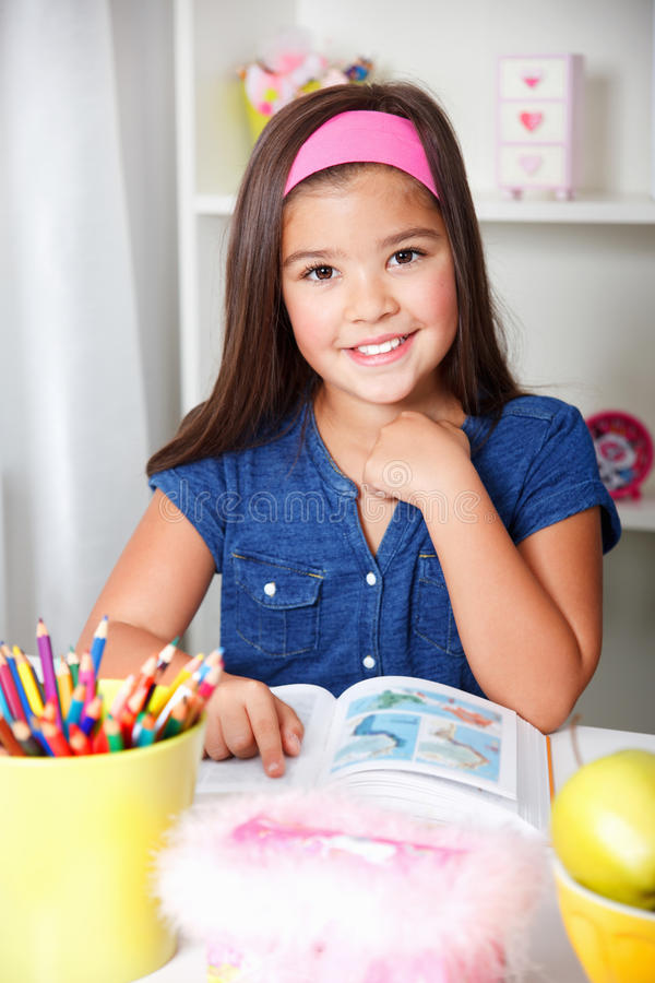 Ritratto del primo piano di bella giovane ragazza della scuola fotografie stock libere da diritti