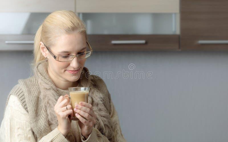 Ritratto del primo piano di bella metà di donna di età in vetri con la tazza di caffè fotografia stock
