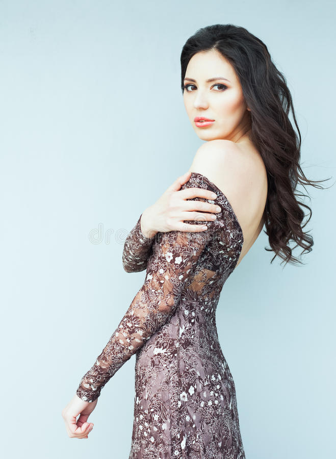 Ritratto del primo piano di bella ragazza castana romantica che posa in un vestito traslucido d'avanguardia fotografie stock
