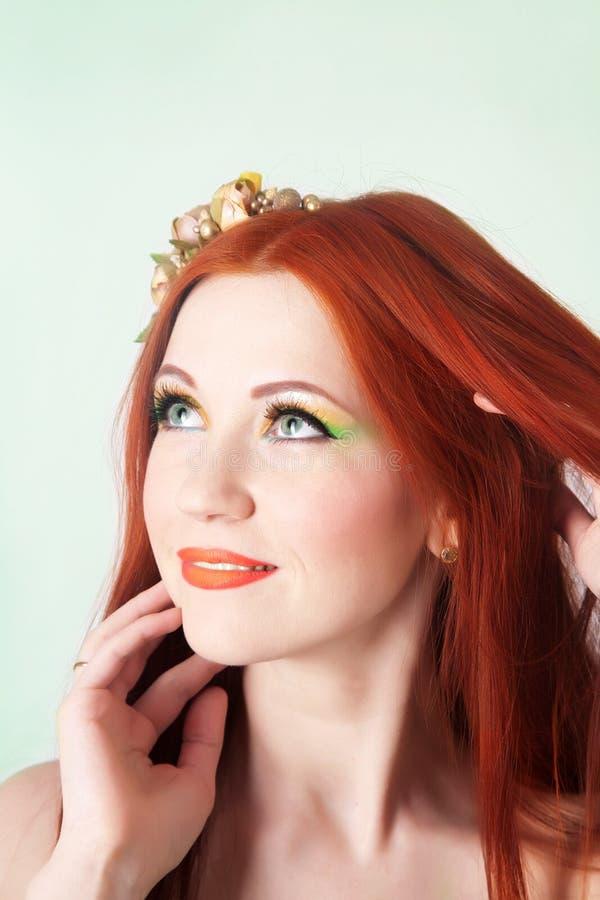 Ritratto del primo piano di bella ragazza dai capelli rossi con i fiori in capelli immagine stock libera da diritti
