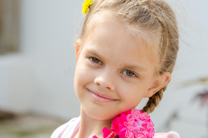 Ritratto del primo piano di bella ragazza di sei anni immagini stock libere da diritti