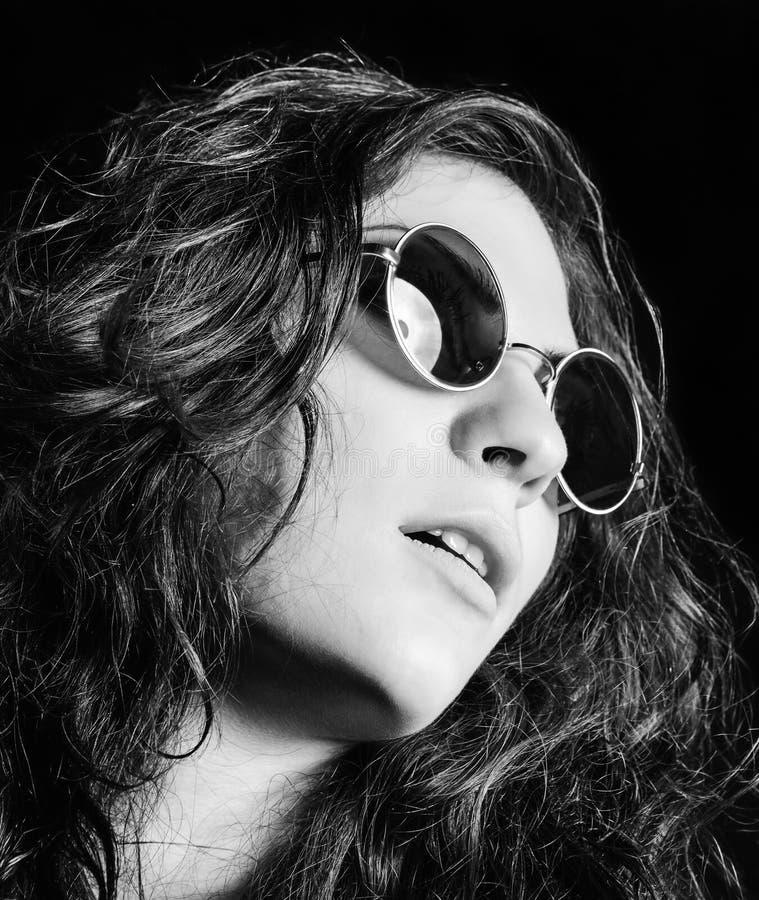 Ritratto del primo piano di bella ragazza in occhiali da sole rotondi Rebecca 36 immagine stock libera da diritti