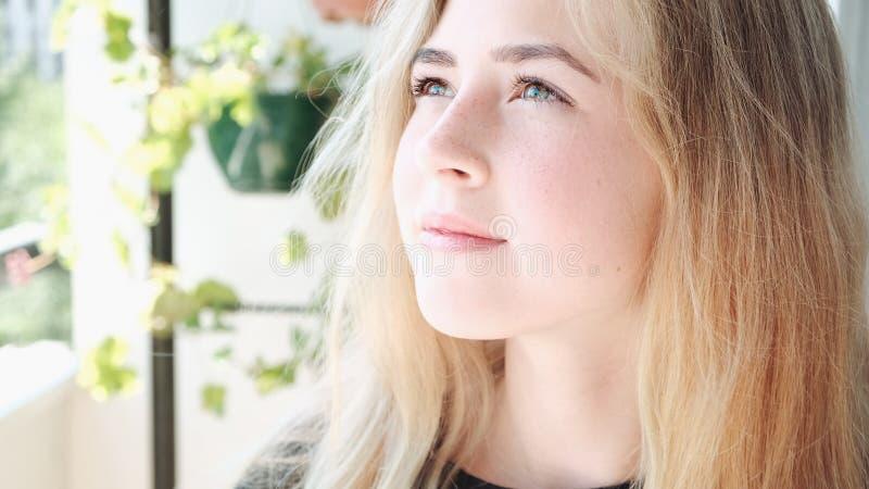 ritratto del primo piano di bella ragazza teenager fotografia stock