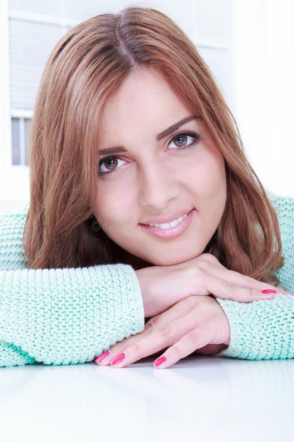 Ritratto del primo piano di bello sorridere della donna immagini stock libere da diritti