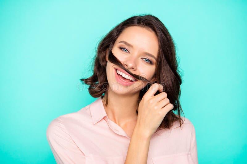 Ritratto del primo piano di buon MOO della ragazza di buon umore graziosa attraente piacevole immagini stock